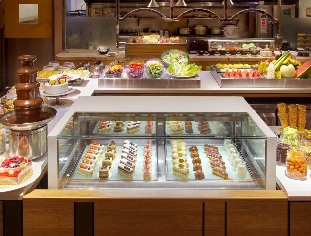 近來針對甜點櫃重新改裝,有多種精緻單片蛋糕提供饕客選擇。圖/台北花園大酒店提供