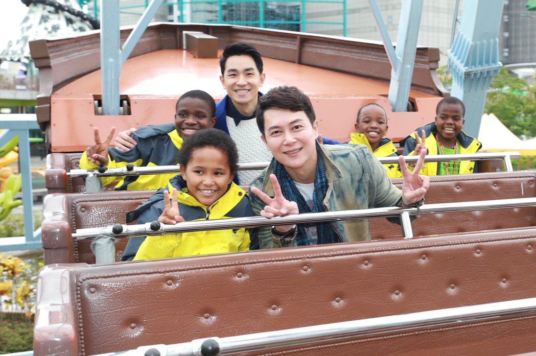 王燦(前)、陳謙文帶小朋友到兒童新樂園玩海盜船。圖/民視提供