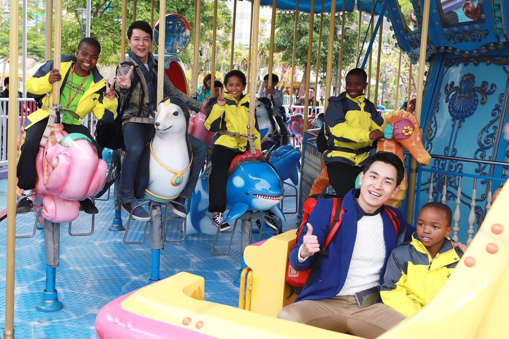 王燦(左)、陳謙文帶小朋友到兒童新樂園,童心大起玩旋轉木馬,。圖/民視提供