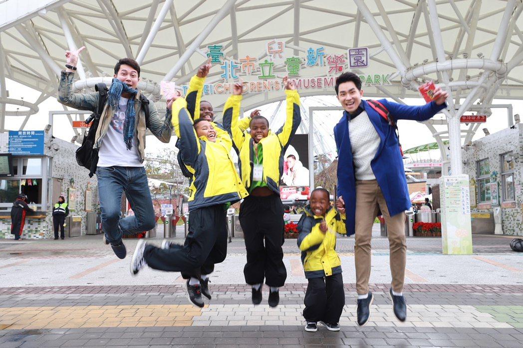 王燦(左)、陳謙文帶小朋友到兒童新樂園提前歡度耶誕。圖/民視提供