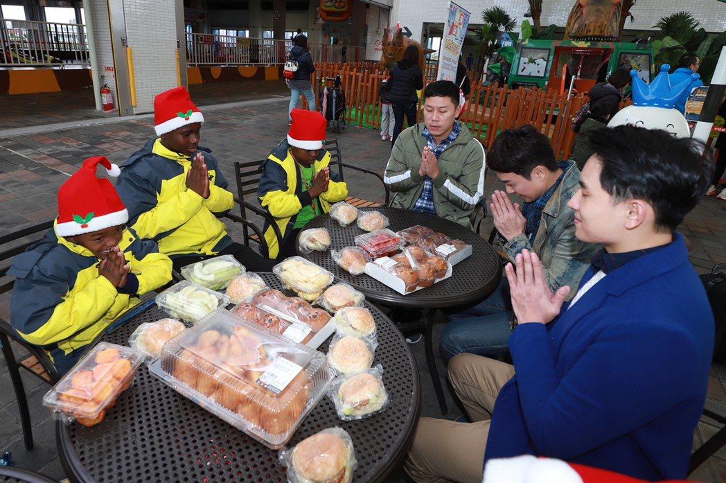 陳謙文(右起)、王燦和小朋友們餐前禱告。圖/民視提供