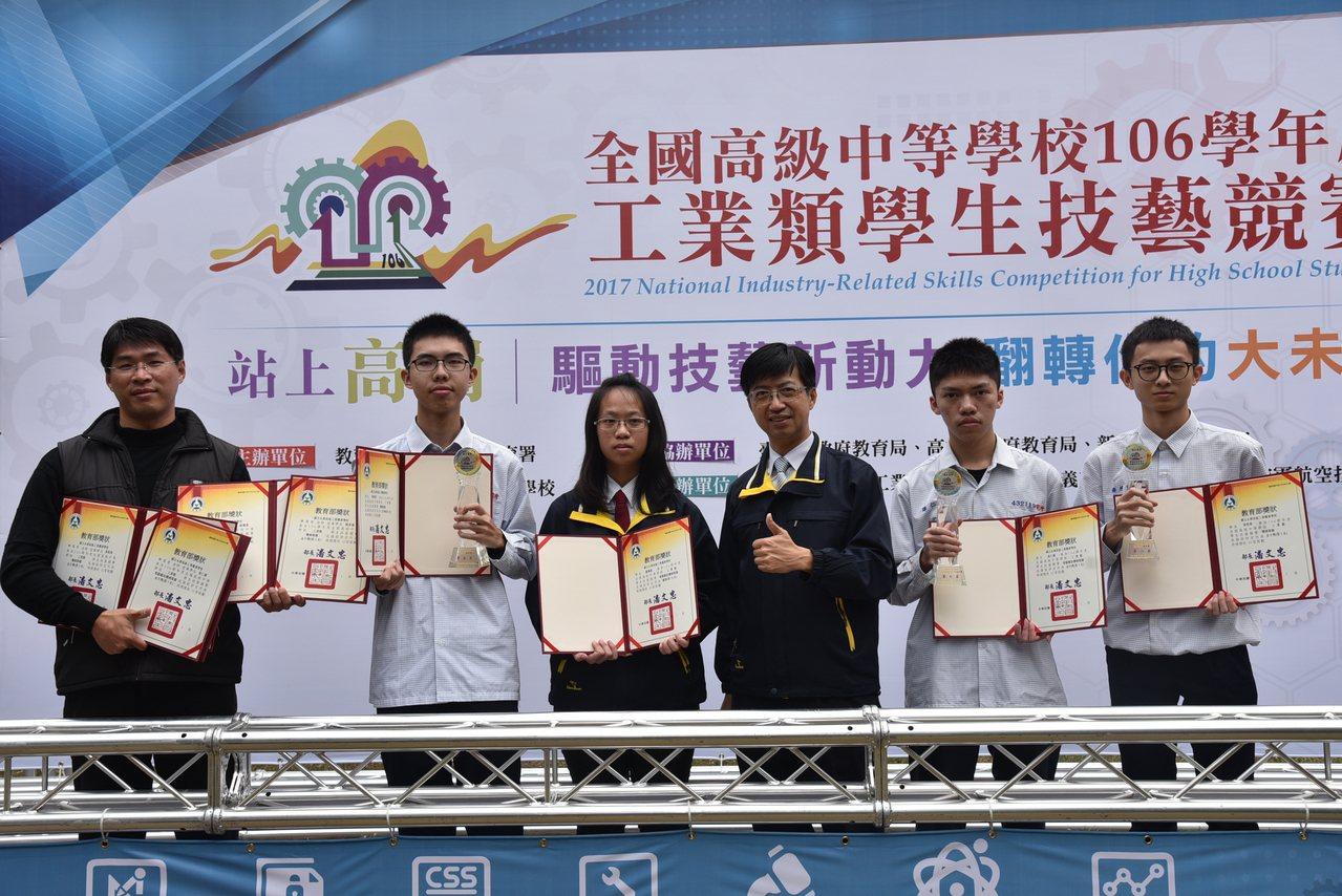 國立永靖高工參加全國高中工業類技藝競賽,奪得3座金手獎及4項優勝,陪考的指導老師...