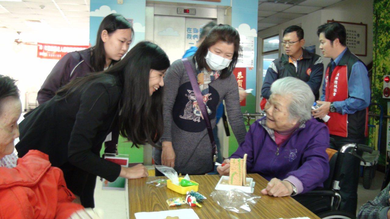 南華大學傳播系學生到利河伯社安養中,和爺爺奶奶們一同彩繪薑餅屋。記者謝恩得/攝影
