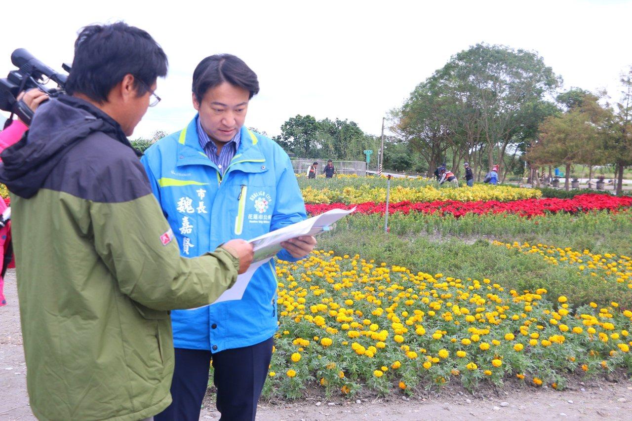 市長魏嘉賢今天上午到園區,現勘花海與迷宮的執行作業。圖/市公所提供