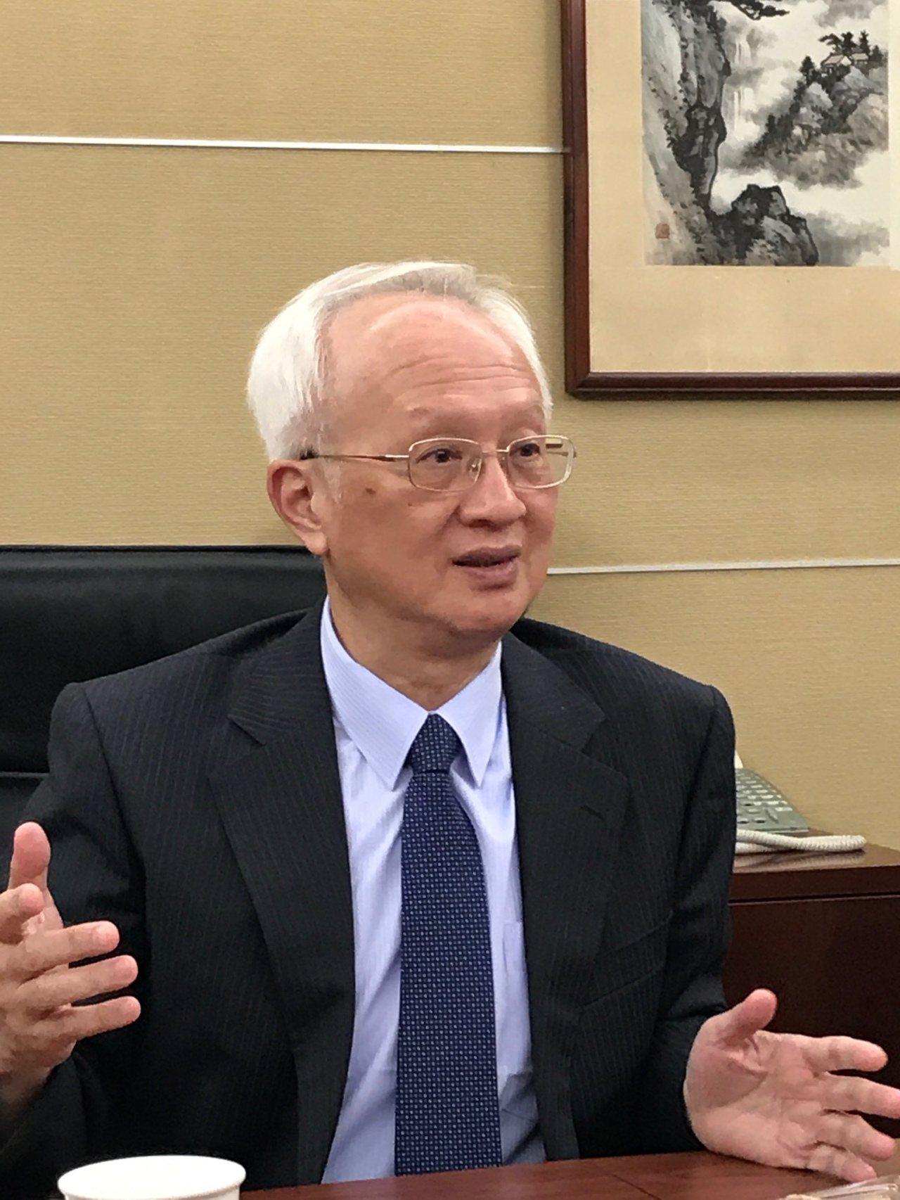 董瑞斌認為,慶富案對銀行獲利的影響,不該反映在員工年將獎金上,對七千多名認真打拚...