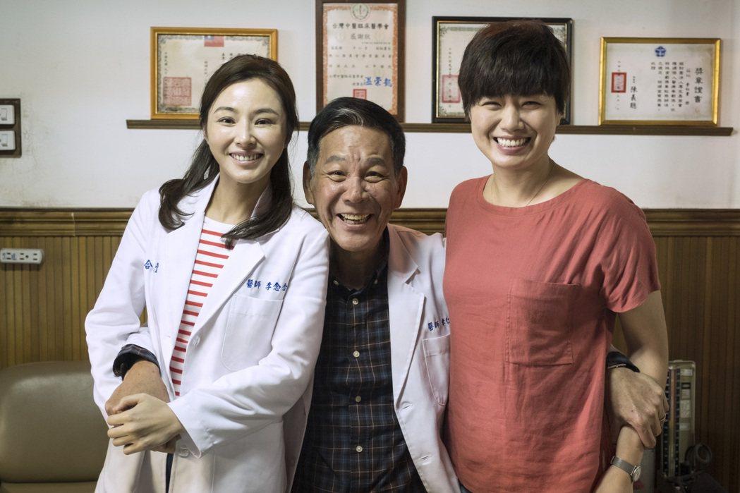 陳怡蓉(左起)、龍劭華、嚴藝文在「雙城故事」中詮釋一家人。圖/青睞影視提供