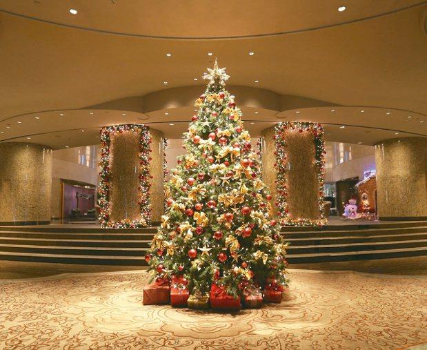 香格里拉台北遠東耶誕樹華麗優雅。 圖/香格里拉台北遠東飯店提供