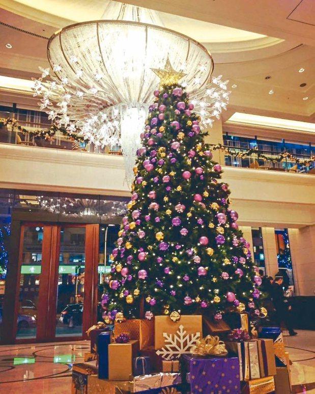 大倉久和大飯店的耶誕樹採用年度色「紫色光」。 圖/大倉久和酒店提供