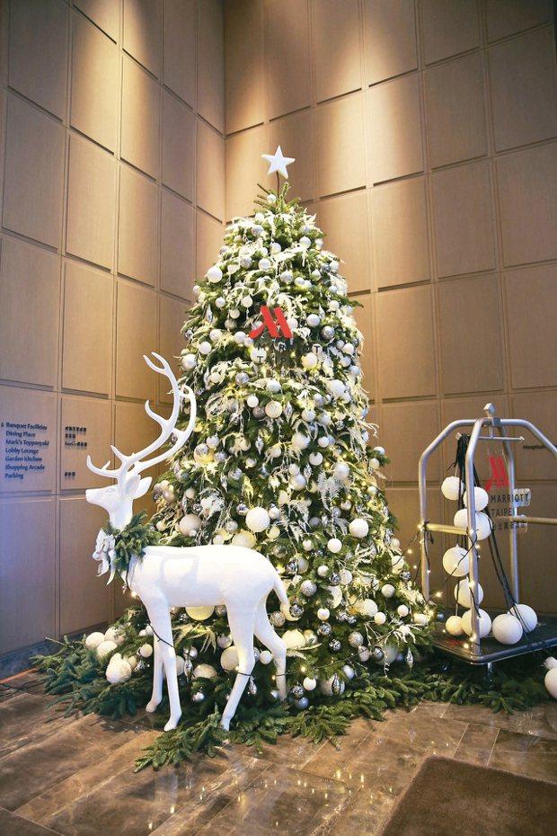 台北萬豪酒店耶誕樹,麋鹿更吸睛。 圖/台北萬豪酒店提供