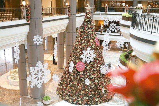 台北君悅酒店約3層樓高的巨型耶誕樹,高度最吸睛。 圖/台北君悅酒店提供