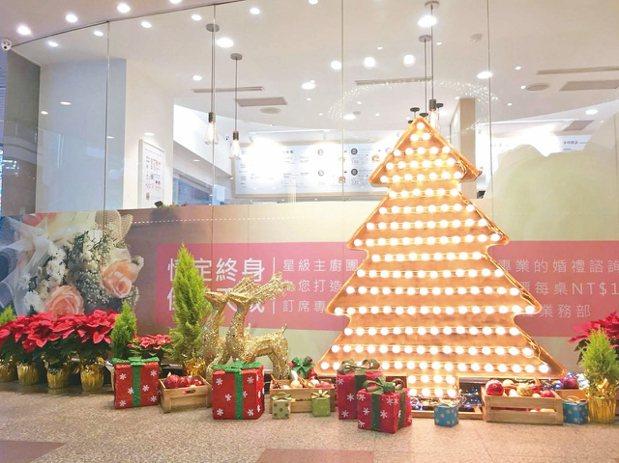 天成飯店以164顆燈泡打造出金光閃耀的耶誕樹。 圖/天成飯店提供