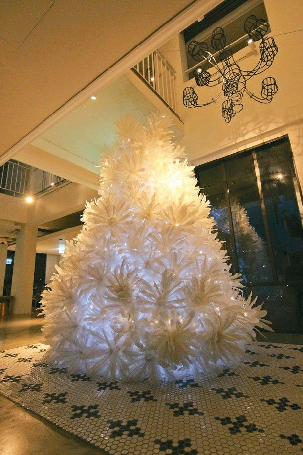 藝術家游文富以擅長的羽毛、竹編,設計出充滿藝術氣息的耶誕樹。 圖/富藝旅台北大安...