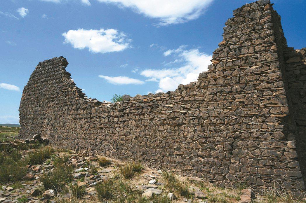 蒙古國鄂爾渾河流域契丹古廟群遺址一隅。 攝影/席慕蓉