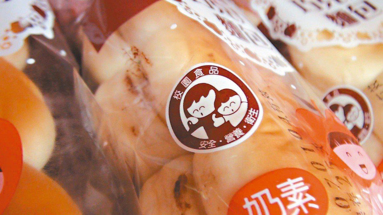 合作社販賣的麵包、餅乾類商品上有校園安全食品認證標章。 記者王慧瑛/攝影
