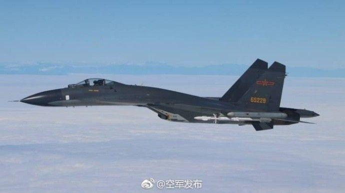 共軍殲-11B戰機的背景是台灣山脈。 (取自中共空軍發布微博)