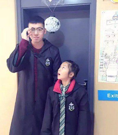 小學生邢馨瑤(右)在家長聯絡簿上留言給班主任朱良(左)別成為「油膩中年男」。 圖...