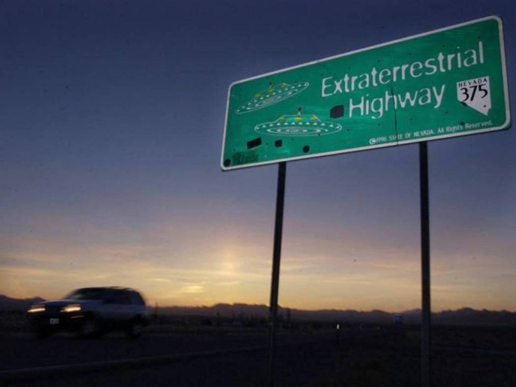 位於51區附近的375號州際公路因有太多民眾舉報發現幽浮,被當地政府重新命名為「...