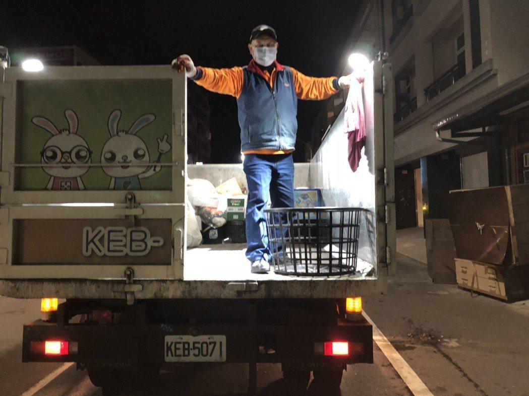 跟在垃圾車後方的嘉義市資源回收車,今年10月起改為市長涂醒哲的播音,由市長室幫忙...