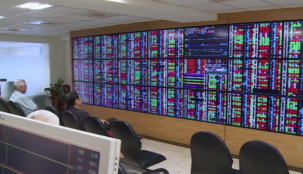 台股昨(18)日在部分亞股上漲影響下,盤中企圖上漲,但因量能不足,終場漲15點,...