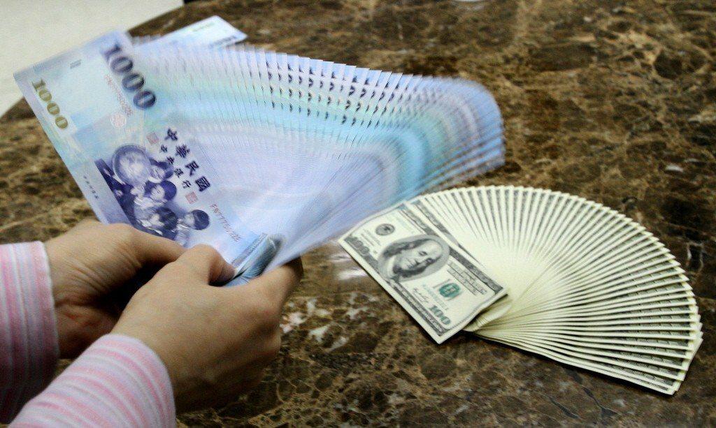 新台幣今天早盤以29.980元兌1美元,貶1.2分開出。 聯合報系資料照片/記者...