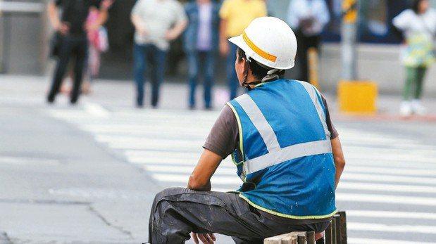 2018年起,包含基本薪資與工時調整及勞保年金請領年齡等勞工相關新制將上路。 報...