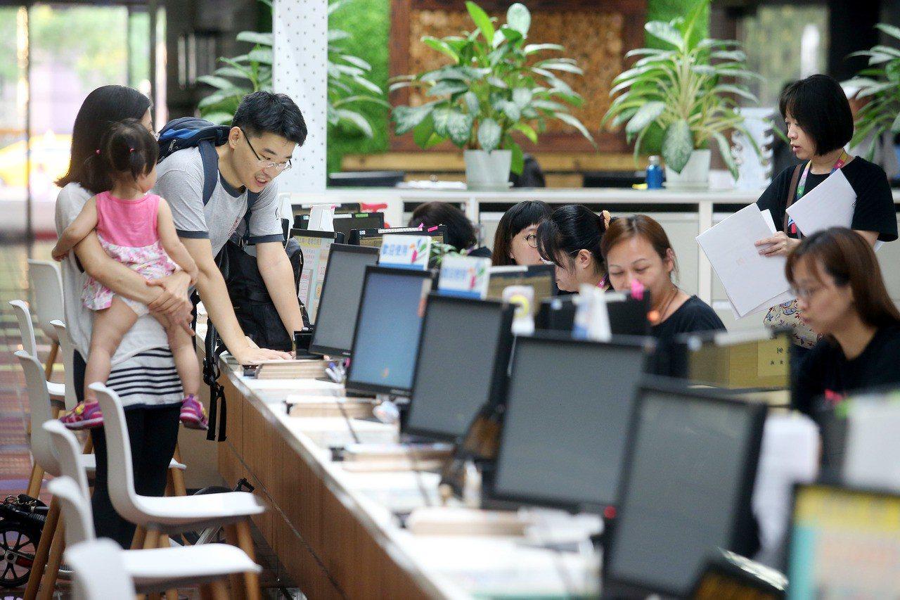 公務員18%優存利率將在兩年後退場,新制於2018年7月1日起生效。 報系資料照