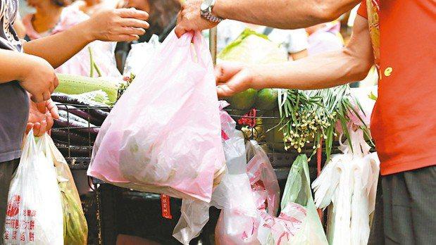 民眾2018年起,購買手搖飲料、便利商店咖啡、麵包或藥妝品等產品,都要自費購買塑...