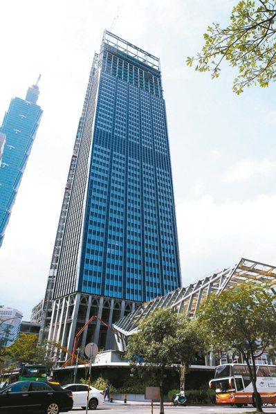 台北市國泰置地廣場、潤泰松山車站大樓及將完工的南山廣場(見圖),都在低樓層設置零...