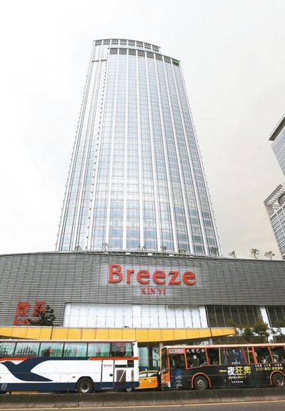 台北市國泰置地廣場(見圖)、潤泰松山車站大樓及將完工的南山廣場,都在低樓層設置零...