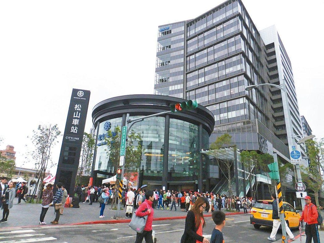 台北市國泰置地廣場、潤泰松山車站大樓(見圖)及將完工的南山廣場,都在低樓層設置零...