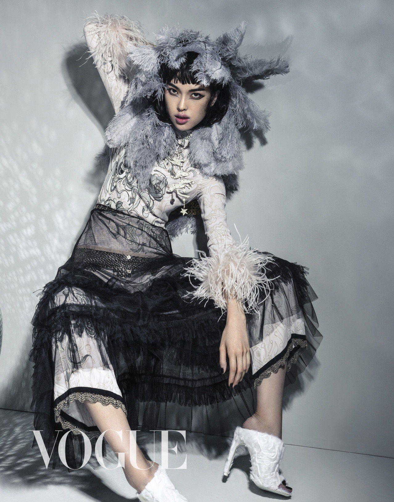 羽毛裙、粉色印花上衣、緞面長褲(All by Prada)項鍊、黑色長紗裙(...