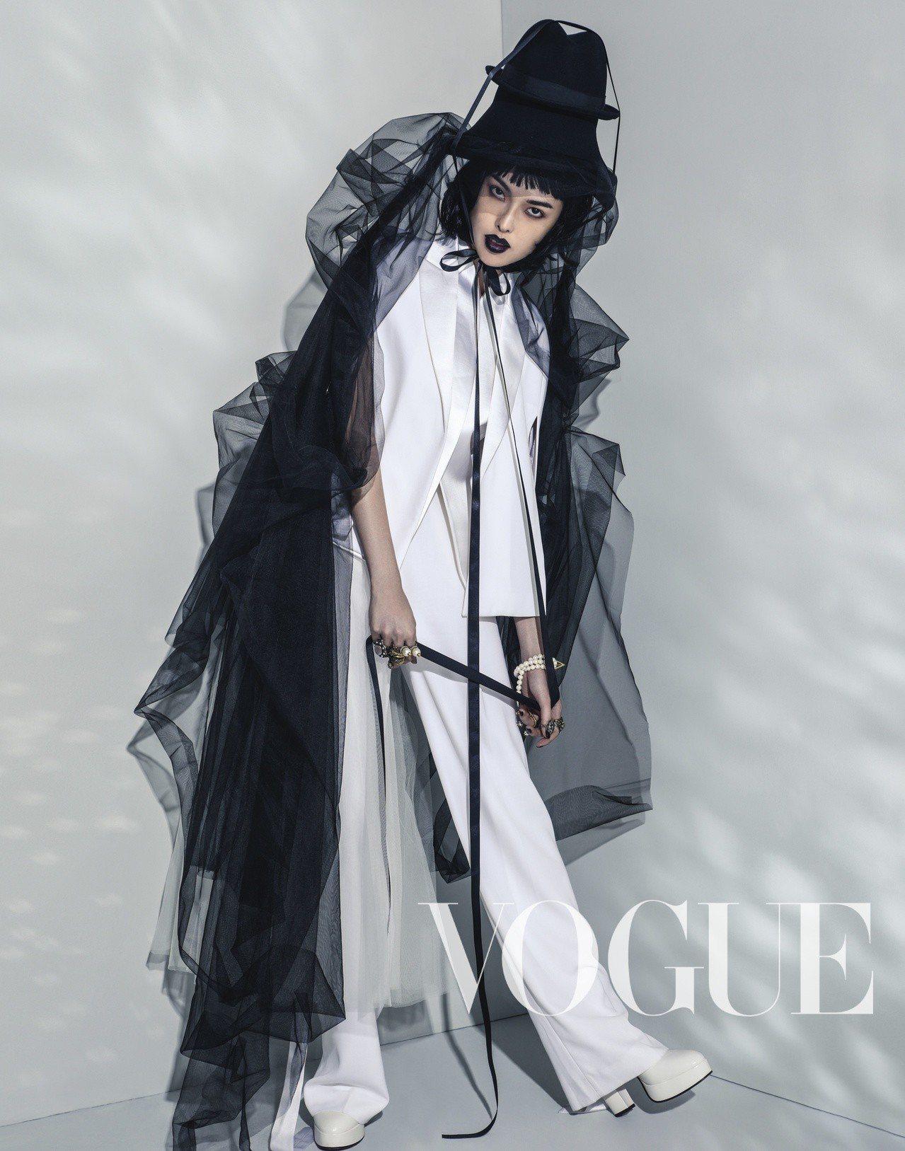 白色西裝(Givenchy)白色瑪莉珍鞋、所有戒指(Gucci)珍珠纏繞...