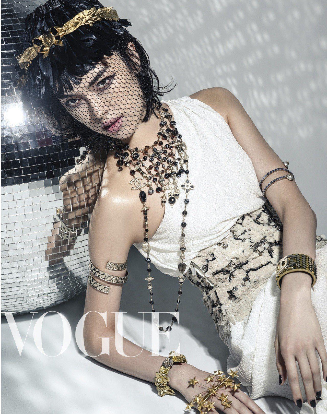 月桂葉頭飾 、星星手飾(Gucci)白色斜肩洋裝、項鏈、各式手環與臂環(Al...