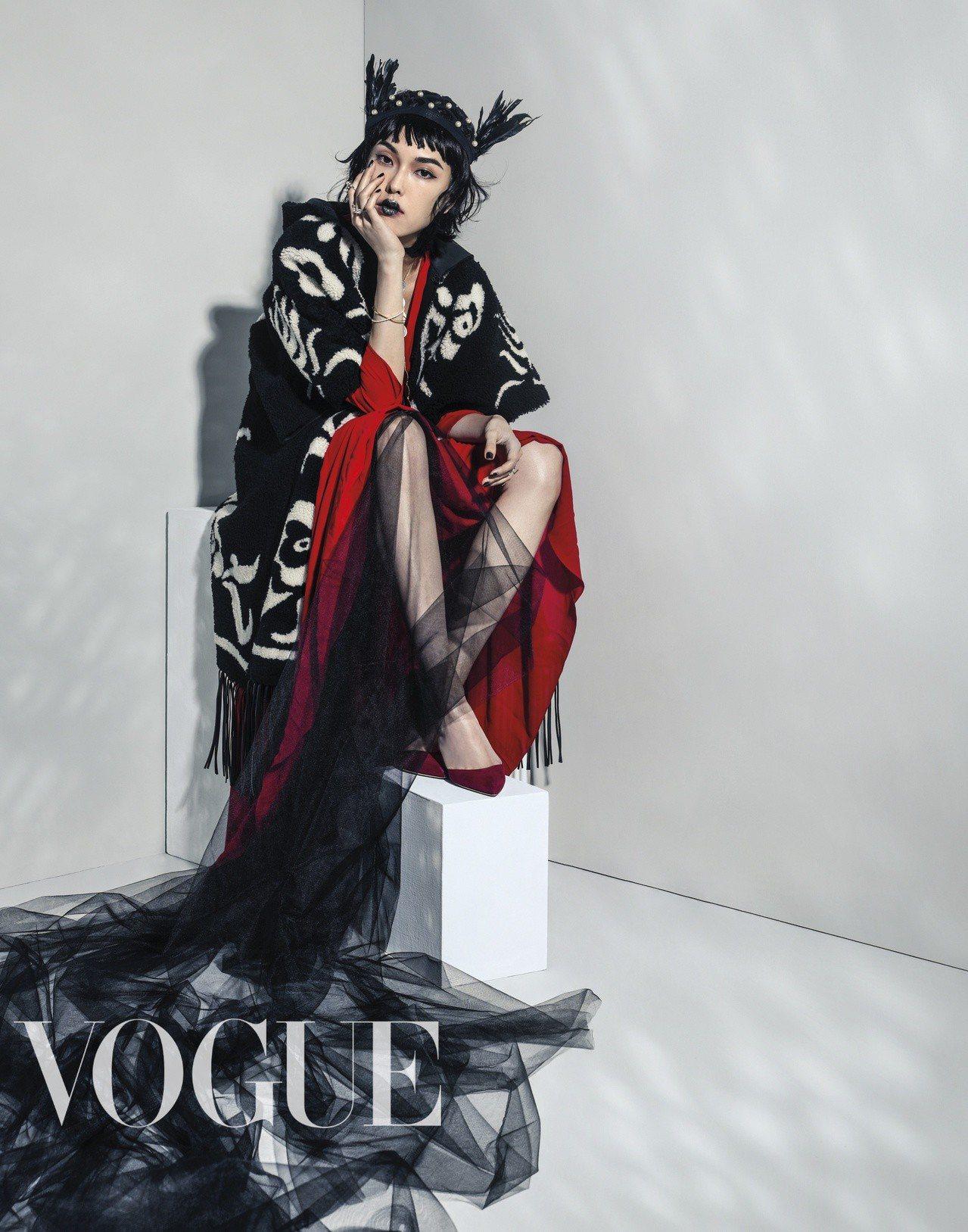 羊毛流蘇披肩、紅色長洋裝、高跟鞋(All by Dior)手環、戒指(Olivi...