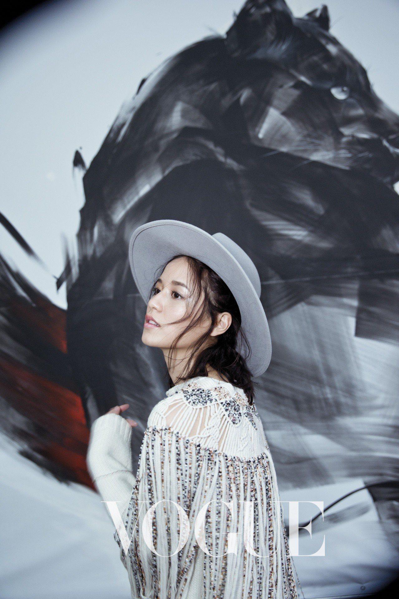 彩色珠串流蘇針織長版上衣(Dior)灰色鑲珍珠字母毛呢紳士帽(Eugenia K...