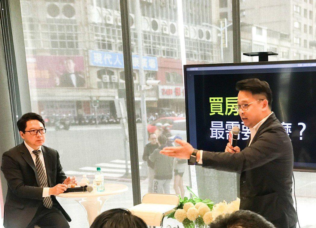 「聯上鉑麗」上周邀請財經專家阮慕驊(左)演講,上揚國際高雄業四處總經理施棟瀝(右...