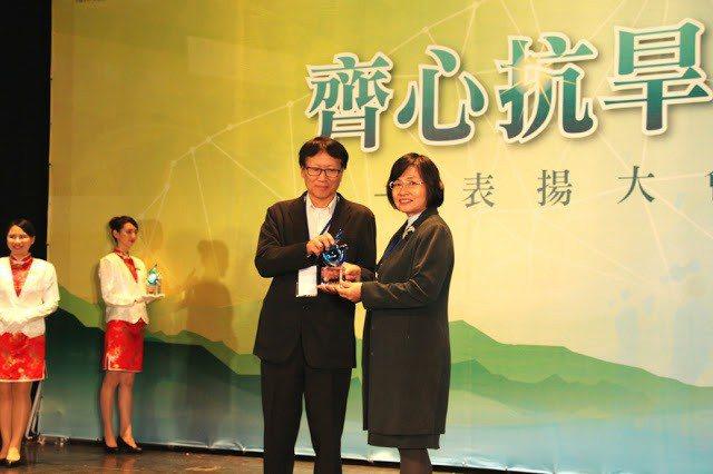 侯雪娟主任秘書代表大葉大學接受水利署陳肇成總工程司頒獎表揚。 大葉大學/提供。