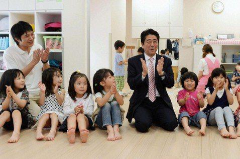 安倍政府預計使用消費稅增加稅收中的2兆日圓,推動教育無償化相關改革政策,以拯救日...