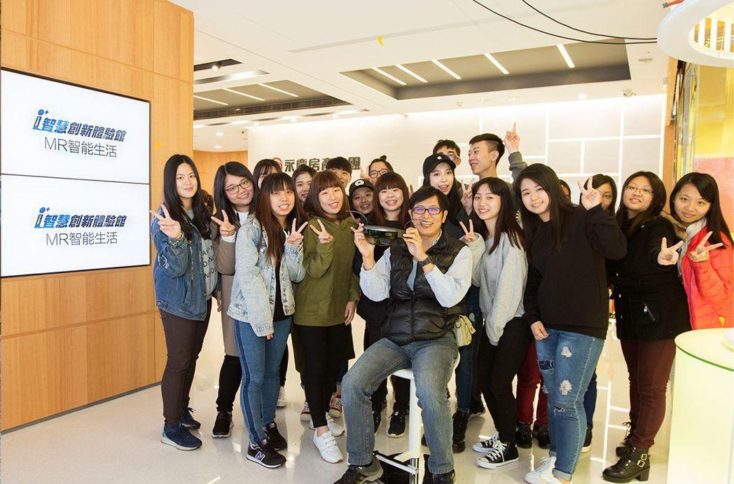 中國科技大學財稅系丁福致老師帶領同學參訪。 永慶房產集團/提供