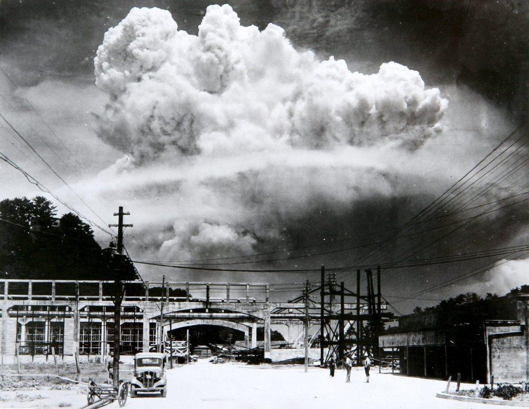 這一前一後於日本列島上怒放的兩朵蕈狀雲,看似替戰爭畫上生硬的句點,但只是暫時遮掩...