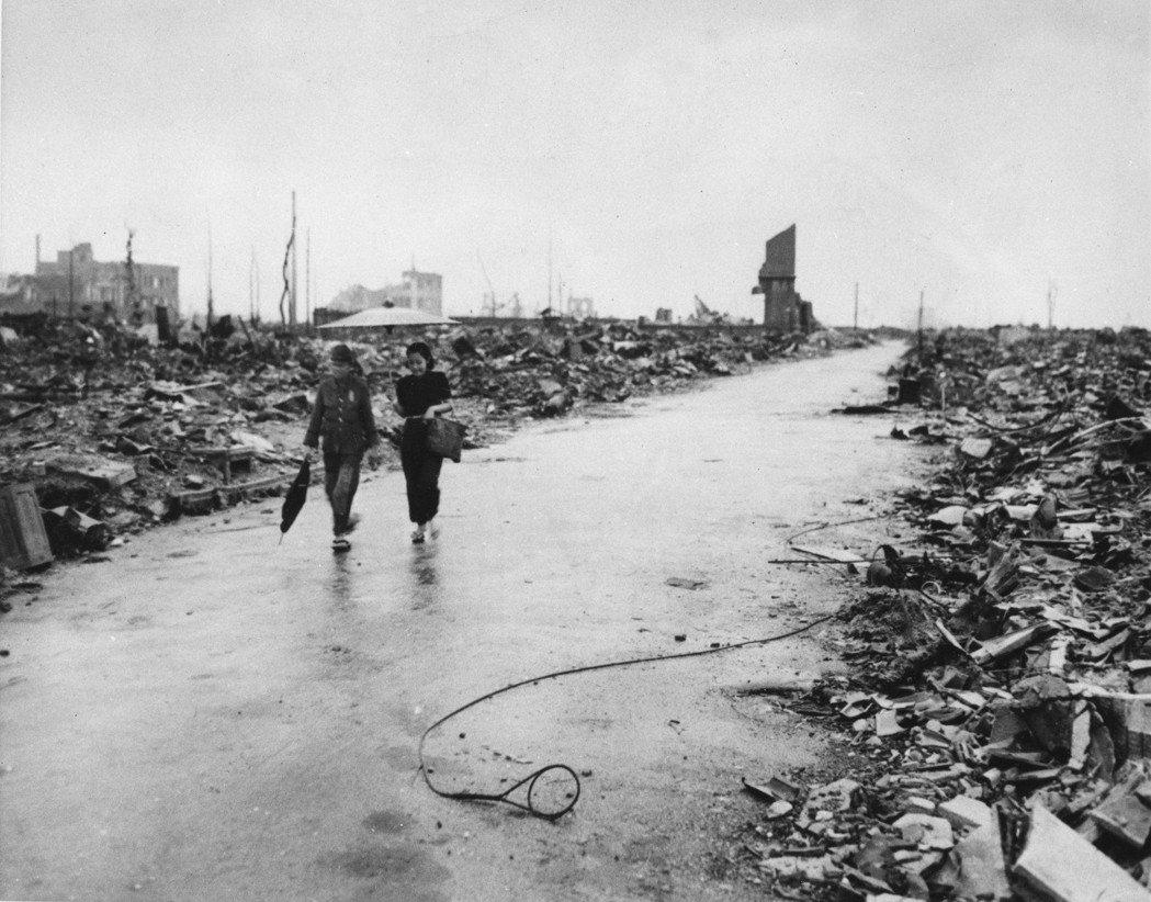 要能真正從原爆的陰影中走出,需要的是人們不斷地自省與反思,了解到在那強大不可撼動的力量前,人類如何渺小。圖為1945年9月8日,原爆一個月又兩天之後的廣島。 圖/美聯社