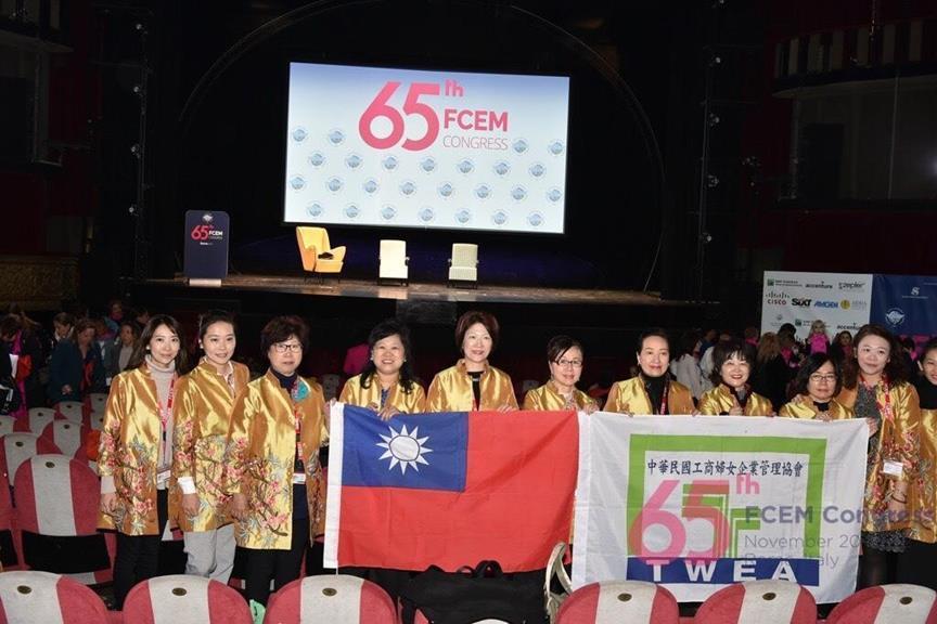 中華民國工商婦女企業管理協會TWEA代表團,執國旗參加在義大利舉辦的「第65屆世...