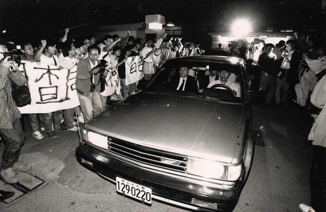 1991年「獨台會案」在學生揮拳聲援聲中,調查局派車先行將廖偉程移送高檢署。 圖...