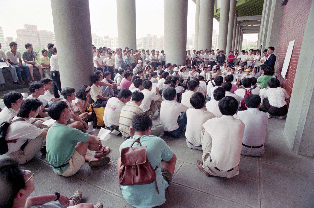 1991年知識界、社運界與民進黨發動「520反政治迫害大遊行」,要求「軍、警、特...
