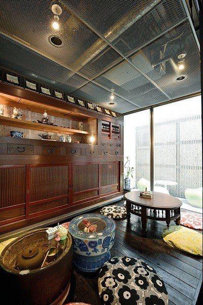 公共空間充滿日式風情,架子上陳列著各式各樣的日本古董裝飾。