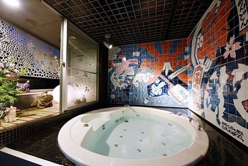 以日本著名的有田燒瓷磚打造浴室,壁畫中充滿日本傳統具象徵意義的吉祥物,獨特風格成...