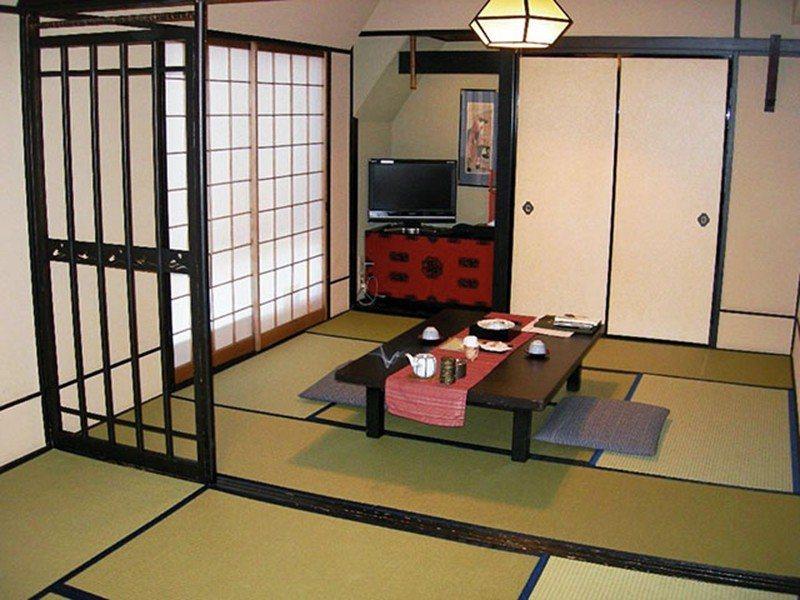 傳統的日式客房連櫃子、吊燈、掛畫都相當講究。