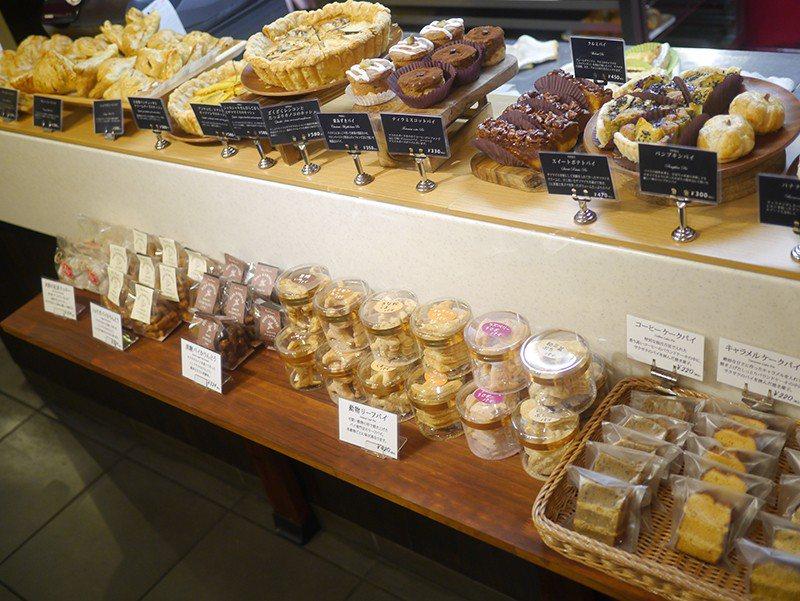 琳瑯滿目的鹹派、餅乾、糕點都能外帶享用。