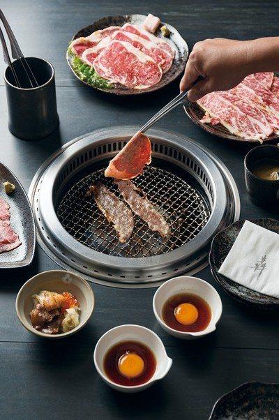 犇 和牛館燒肉˙鍋物消費型式以套餐為主,套餐中會附上極黑和牛海膽丼、京都白味噌蛤...