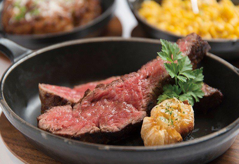 美國頂級老饕牛排套餐價2980元/油花豐富,先煎再烤過,表皮酥脆,切開肉質是粉紅...